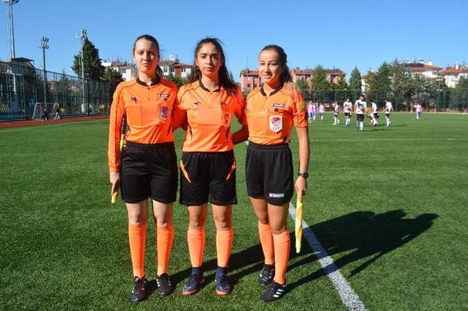 Isparta'daki erkek futbol maçını 3 kadın hakem yönetti