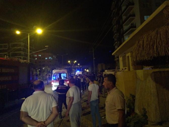 Mahalleli yanan evden 4 kişiyi kurtardı