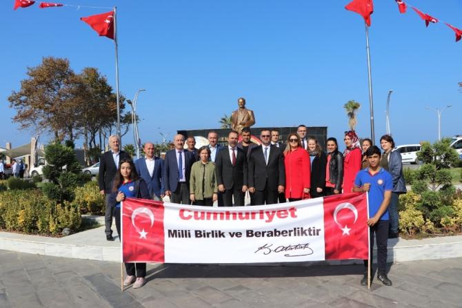 Akçakoca'da 29 Ekim kutlamalarında Atatürk anıtına çelenk konuldu