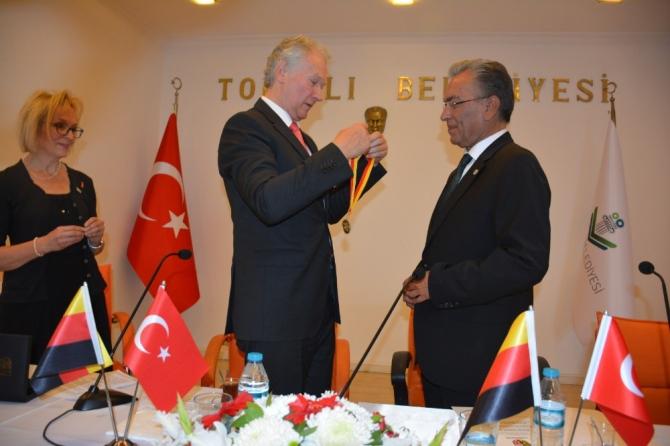Almanya'nın Wunsiedel kentinden Başkan Uygur'a onur madalyası