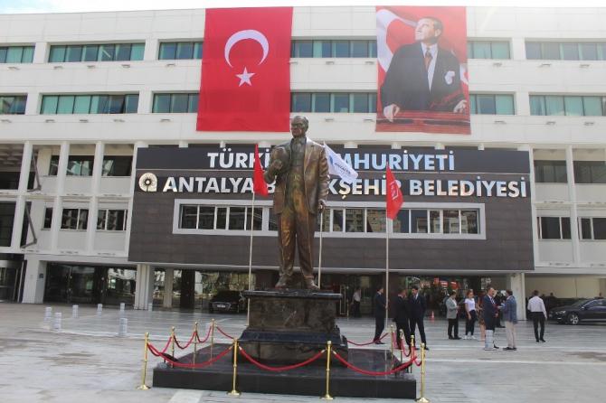 Antalya Büyükşehir Belediyesi yerleşkesine dev Atatürk heykeli