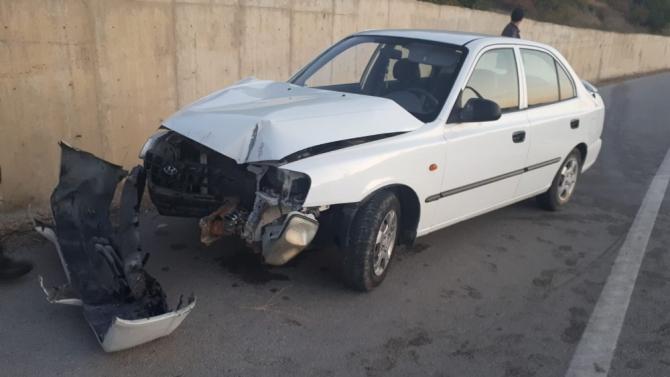Kontrolden çıkan otomobil beton duvara çarptı: 2 yaralı