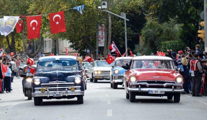 """Köprüde klasik araçlarla """"Çok Yaşa Cumhuriyet """" konvoyu"""