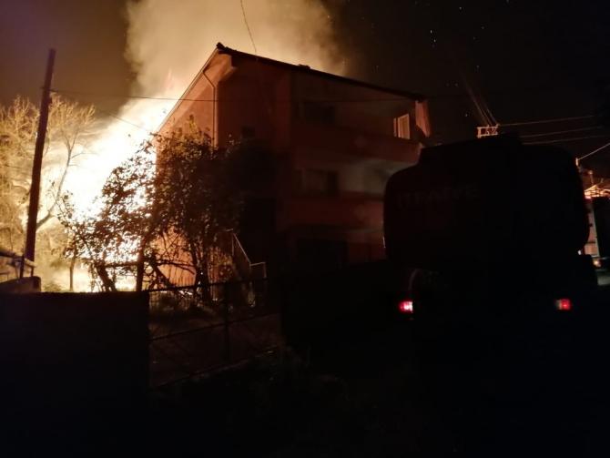 Karabük'te 2 katlı evde korkutan yangın