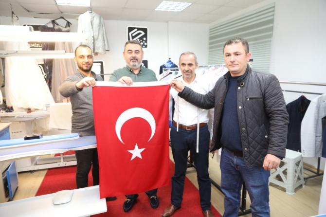 Körfez esnafına 2 bin Türk bayrağı dağıtıldı