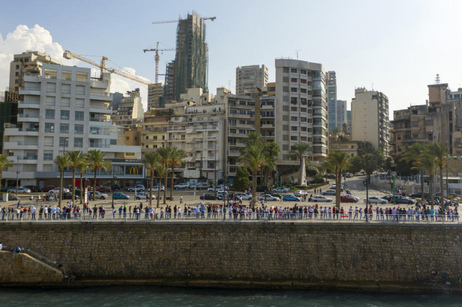 Lübnan'da göstericiler 170 kilometrelik insan zinciri oluşturdu