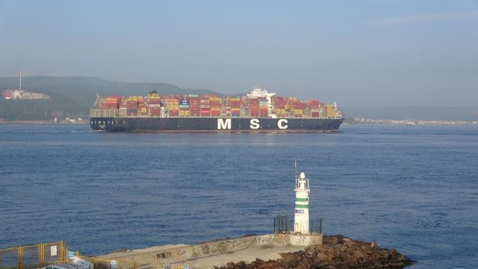 366 metrelik dev konteyner gemisi Çanakkale Boğazı'ndan geçti