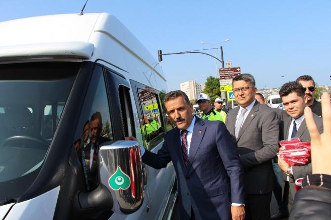 Vali Kaymak'tan dolmuş şoförlerine Türk bayrağı