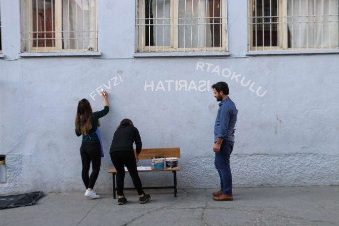 Öğrenciler okudukları okulu boyadı