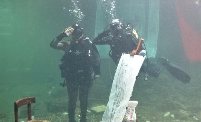 Su altında resim çizip akvaryumda sergi açtı
