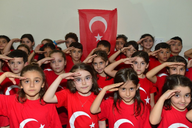 """Minik öğrencilerden """"Ölürüm Türkiyem"""" türküsü"""