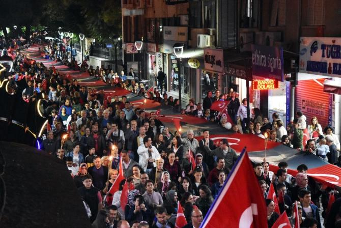 Akhisar'da dev bayrakla dev yürüyüş