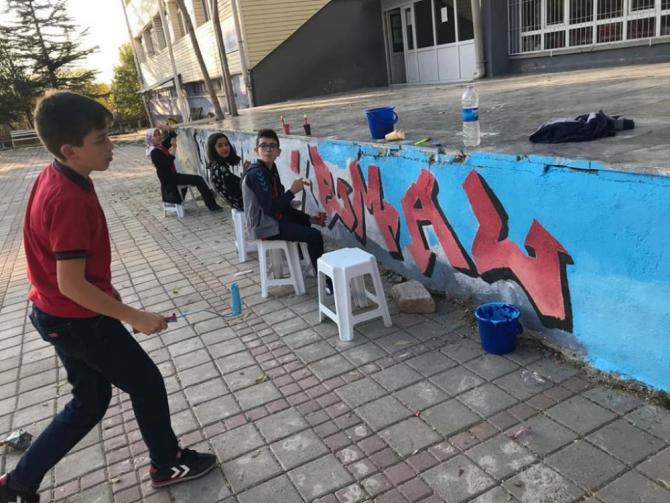 Altıntaş'ta okul duvarlarına grafiti dokunuşu