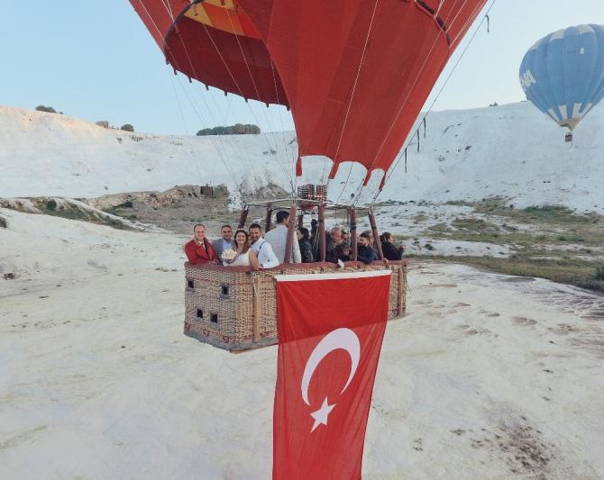 Gökyüzünde sıcak hava balonunda nikah töreni