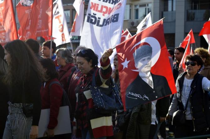 Binlerce vatandaş cumhuriyet için yürüdü