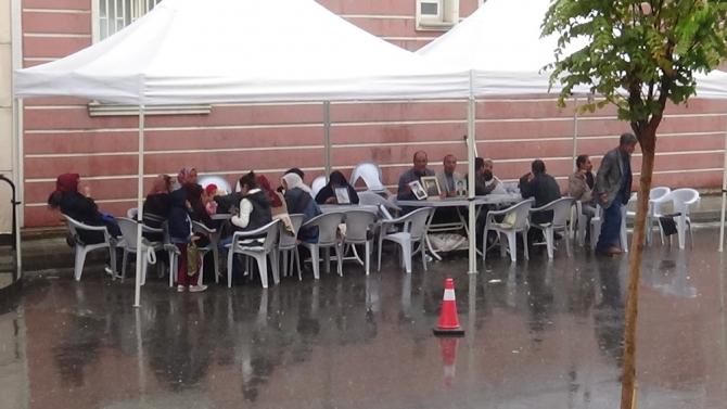 HDP önünde evlat nöbeti tutan aileler için kışlık çadır kuruldu