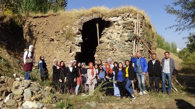 Üniversite öğrenciler tarihi ve kültürel mekanları gezdi