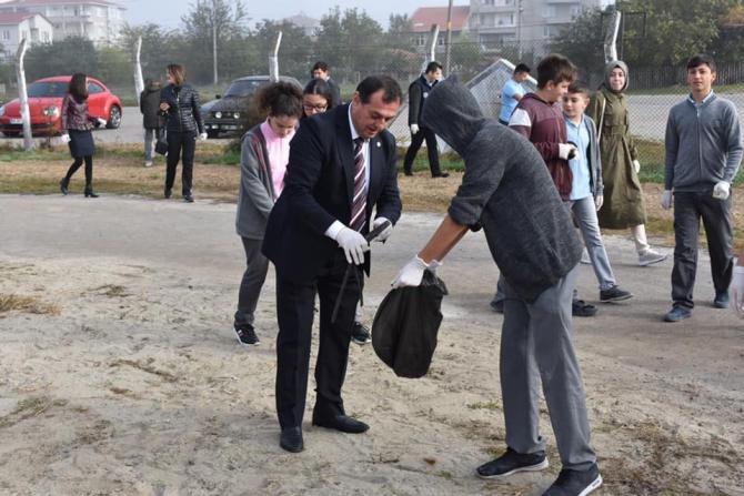 Belediye başkanı öğrencilerle beraber çöp topladı