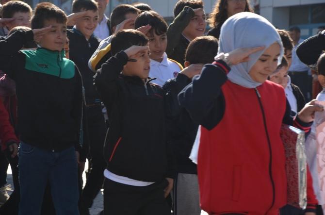 Öğrencilerden geçit töreninde Mehmetçiğe selam