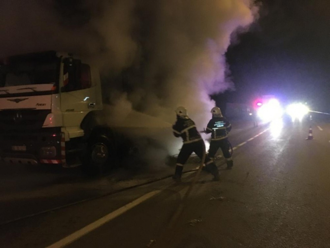 Fren balatası ısınan kamyon yandı