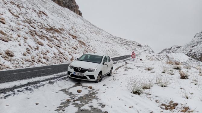 Karapet Geçidi'nde yılın ilk karı yağdı