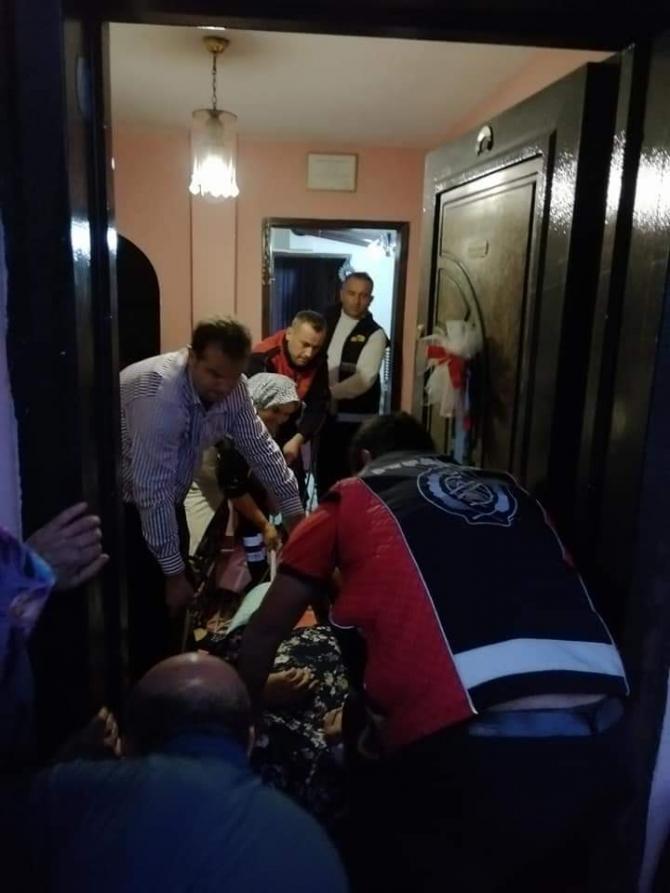 Yürüme yetisini kaybeden 170 kilo ağırlığındaki yaşlı kadını itfaiye ekipleri evine taşıdı