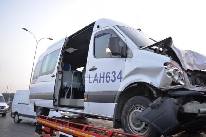 Basın Ekspres Yolunda servis aracı otomobile çarptı: 1 ağır yaralı