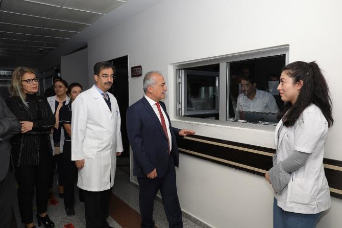 Rektör Çomak'lı hastaları ziyaret etti