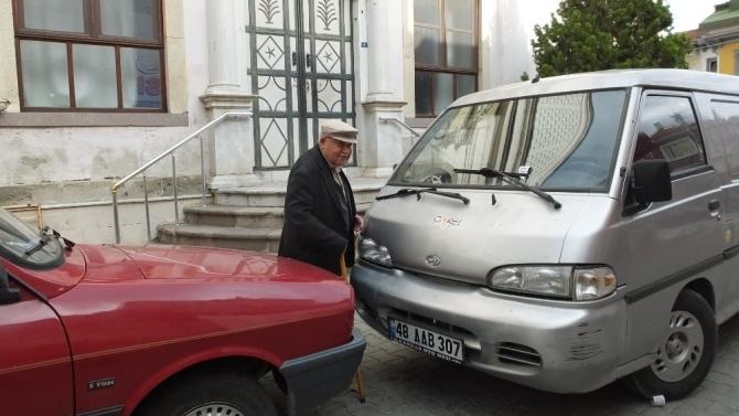 Burhaniye'de hatalı parklar camiye girişe engel oldu