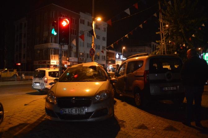Esenyurt'ta hafif ticari araç, otomobile çarptı: 3 kişi yaralandı