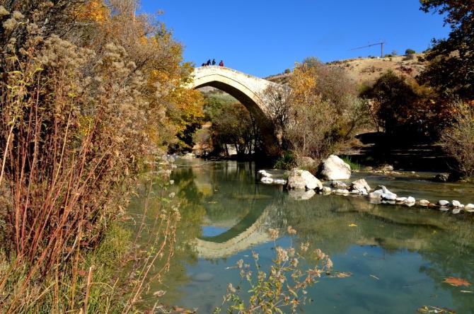 Mimarisiyle Mostar Köprüsü'ne benzetilen Tağar Köprüsün'de sonbahar şölen