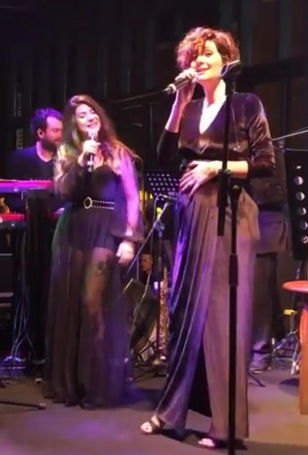 4 Aylı hamile olan Bergüzar Korel sahnede şarkı söyledi