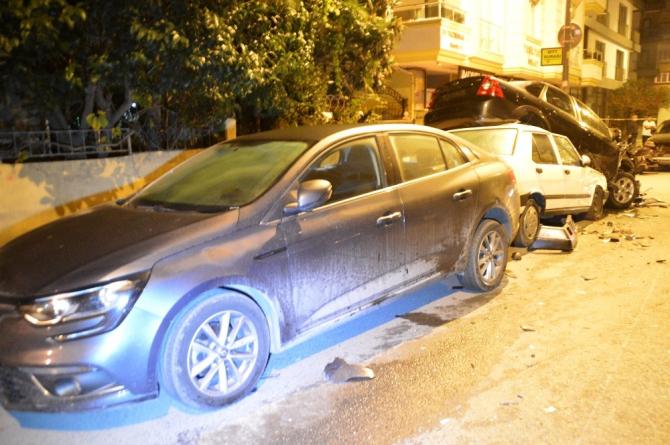 Otomobil ile polisten kaçan 2 kişi cadde üzerinde bulunan 1 jip, 5 otomobile çarptı