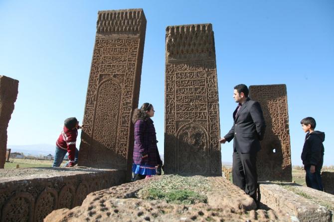 Ahlatlı öğrenciler ara tatilde tarihi mekanları geziyor