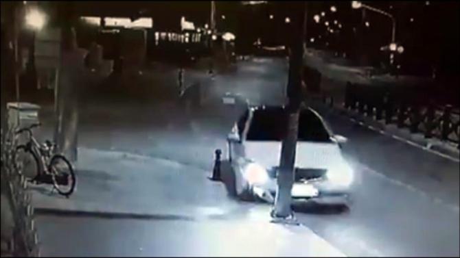Uyuyan sürücü aydınlatma direğini devirdi