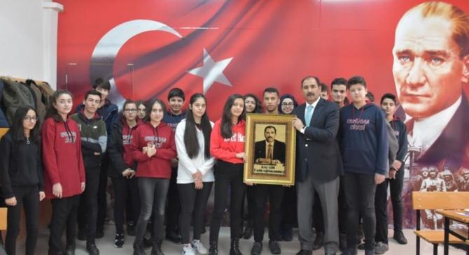 Erzincan Lisesinden İl Milli Eğitim Müdürü Gün'e Öğretmenler Günü hediyesi