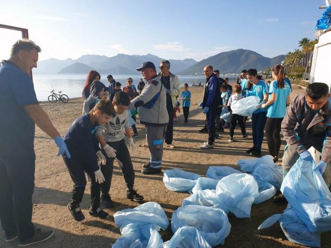 Marmaris Belediyesinden halk plajında temizlik