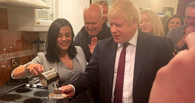 90'lı yılların unutulmaz şarkıcısı Eylem'den Boris Johnson'a Türk kahvesi ikramı