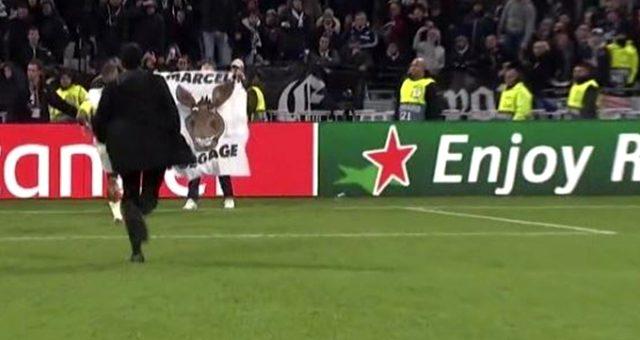 Büyük ayıp! Beşiktaş'ın eski futbolcusu Marcelo'ya eşekli pankart