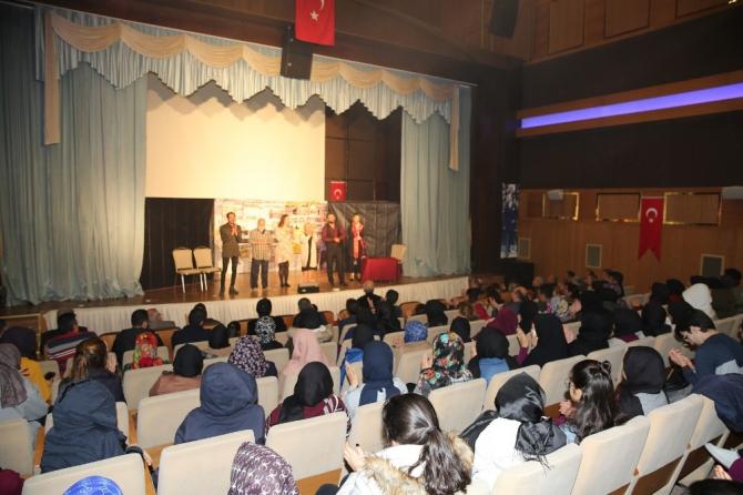 Karaköprü'de kadına şiddete dikkat çeken oyun sahnelendi
