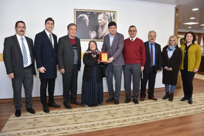Saniye Teyze dairesini belediyeye bağışladı