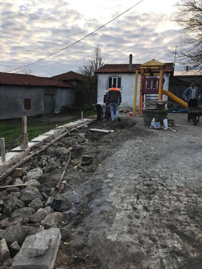 Köy halkı, meydan istinat duvarını el birliği ile yaptı
