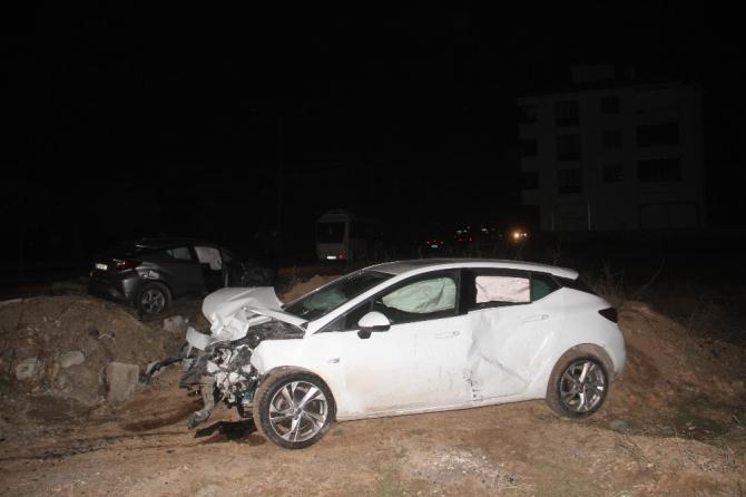 Kaza yapan otomobil trafoyu devirdi: 4 yaralı