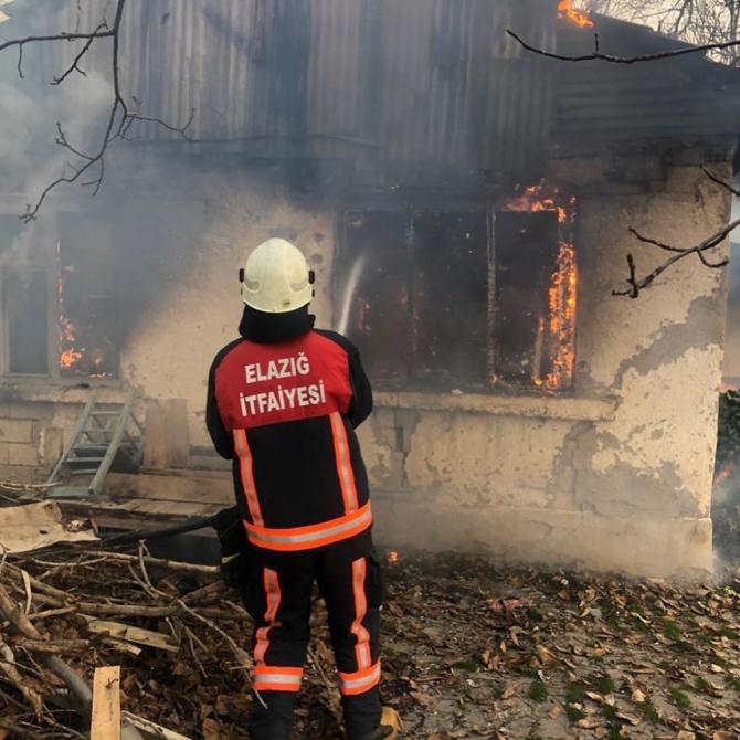 Elazığ'da metruk evde yangın