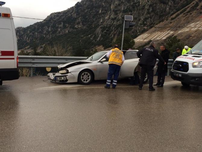 Kayganlaşan zeminde kontrolden çıkan otomobil bariyerlere çarptı: 3 yaralı