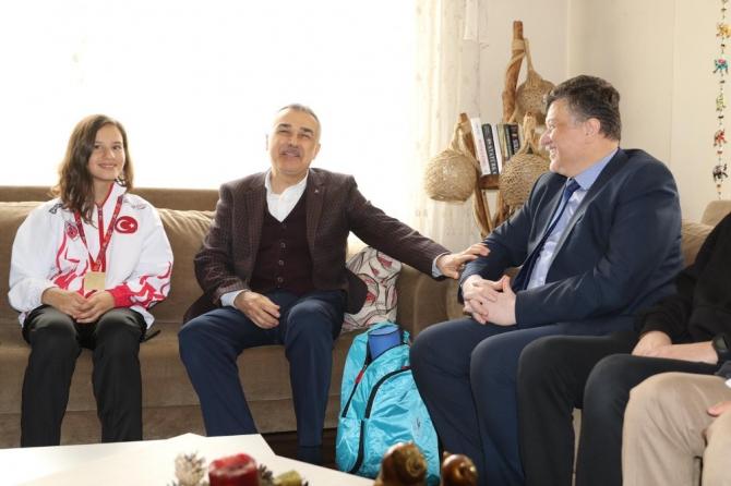 Savaş ve Fillikçioğlu'ndan Muaythai şampiyonu Beyza'ya tebrik ziyareti