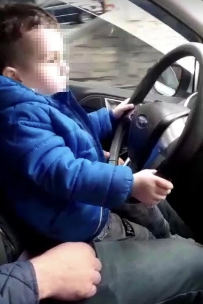 İstanbul'da çocuğa otomobil kullandıran sorumsuz sürücü kamerada