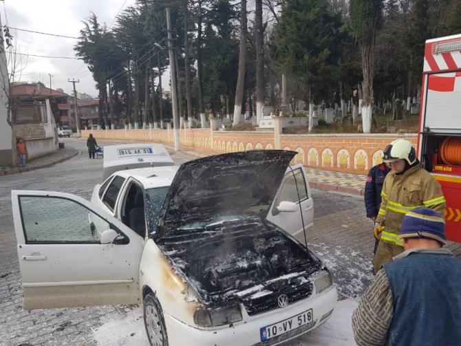 Dursunbey'de alev alan otomobili itfaiye söndürdü