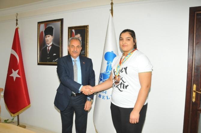 Başkan Akkaya'dan Avrupa üçüncüsü sporcuya altın