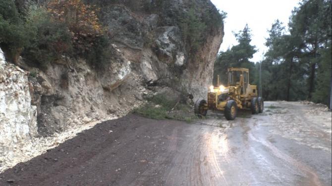 Yağmur sonrası ağaçlar ve kaya parçaları yola düştü